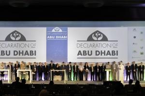 Foto de familia tras la firma de la Declaración de Abu Dabi.